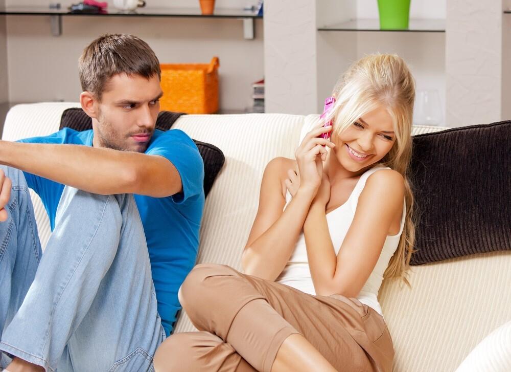 A párod tudni akar minden percedről – Biztosra veheted, hogy kényszeresen féltékeny