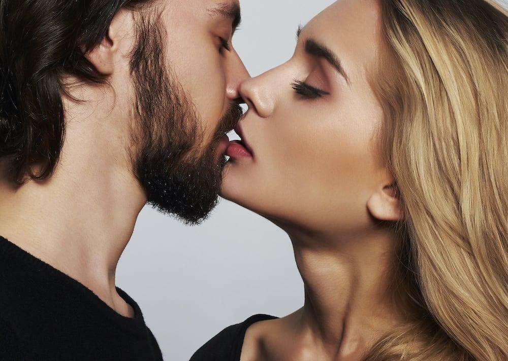 A csók és a puszi tudománya